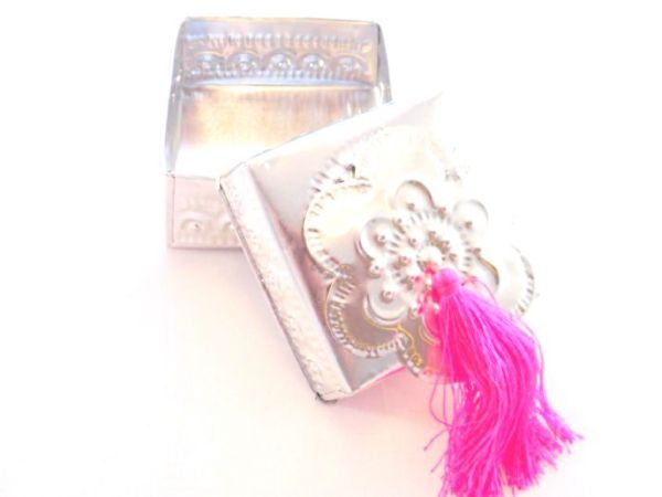 Aluminium-Box mit rosa Quaste handgefertigt silberfarbig - Fairtrade