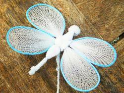 Dekoration auf einem Stäbchen - blau/weiße Libelle - Fair Trade