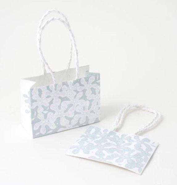 Papier-Tasche mit blauer Blume als Geschenkverpackung