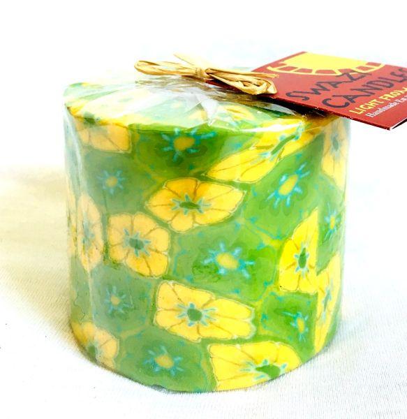 Stumpenkerze grün mit gelber Blume -Swasi Candle - Fairtrade
