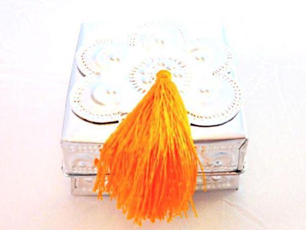 Aluminium-Box mit oranger Quaste handgefertigt silberfarbig