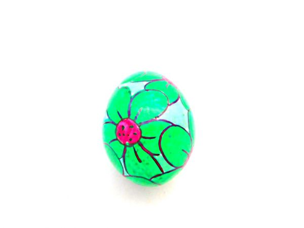 Eier-Rassel mit Blumenmotiv aus Holz grün- Fair Trade